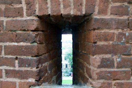 城壁にあった覗き窓。<br />ここから外敵の進入を防いだのでしょうか?