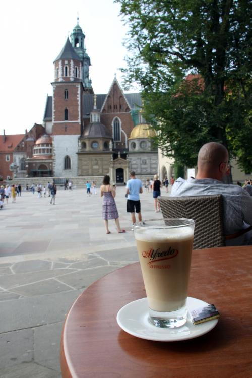 ちょっと歩き疲れたので、カフェで一休み。<br />カフェオレを注文しました。10PLN(約300円)でした。<br /><br />