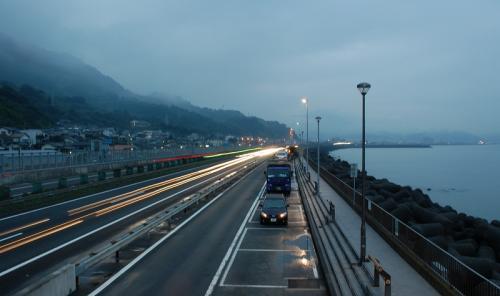 ちょっとシャッターの露出時間を長くして、高速道路を走る車を撮ってみました。<br /><br />