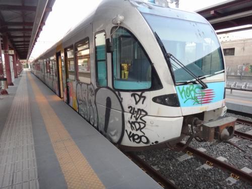 フェリー発着場所であるアテネのピレウスから、アテネのラリッサまで乗った郊外電車。1.4ユーロ。「地球の歩き方」の地図によれば「ラリッサ駅」という駅があるのかと思っていたけど、行先は「アテネ」。電車が発車してから電車内の路線図を見たら「ラリッサ」という駅がなくてあせりました。まわりの乗客に「ラリッサに行きたいんだけど」というと、ギリシャ中部のラリッサだと勘違いされ、「それはこの電車じゃない」と言われたり。アテネのラリッサの場合はラリッサステーションというようです(英語では)。まあ無事に到着してよかった^^。