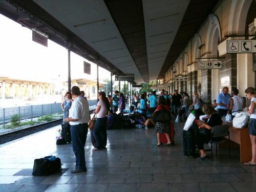 アテネのラリッサ駅でカランバカへの直通電車を待つ人達。8:27発、13:18カランバカ着。直通電車は一日一本(2011年8月現在)。自力でメテオラに行くなら直通電車は便利。直通といっても、いくつかの駅には停車します。時間通りの出発でした。チケットはアテネのラリッサ駅で、乗る日の約1週間前に購入して14.6ユーロでした。今、ギリシャ国鉄のサイトを見たら値段が違うので、値段に関しては??。ウエブで購入すると安いもよう。<br />ギリシャ国鉄のサイトはここ。<br />http://www.ose.gr/en/Home.aspx<br />「タイムテーブル」のところが参考になります。空席数の確認もできて便利。
