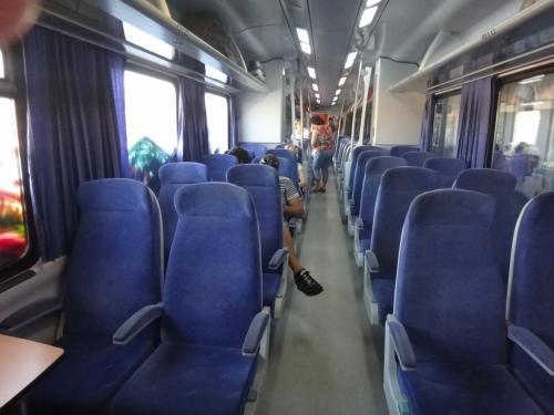 車内は結構空いていて(この日は8月15日。ギリシャの祝日)、そのため自分の席以外のところにゆったりすわる人もいて、それに文句を言う人がいたりしました(ギリシャ語はわからなかったけど、状況からそうだったと思われるw)。<br />帰り、ラリッサ(アテネのラリッサではない)からアテネへの電車は満員だったので、いつもカランバカ行きの直通電車はこんなにすいているのか、この日は祝日で家族と過ごすのが基本だったからなのか、それはよくわかりません。<br />食堂車もあり、サンドイッチや飲物程度のものは買うことができます。車内販売もまわってきました。