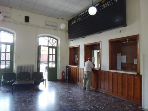 帰りはカランバカからバスでトリカラへ、そしてヴォロスへ。ピリオン半島のマクリニッツァ村で一泊した後、ヴォロスから国鉄でアテネへ。バスでアテネまで帰ることも可能でしたが、アテネの長距離バスの乗り場は市の中心部から離れているようなので、電車にしました。<br />写真はヴォロス駅のチケット売り場。ここでチケットを買いました。ヴォロスからラリッサまでは普通電車、その後、ラリッサからアテネまでは特急(?)。28.2ユーロ。どうしてカランバカ行きの直通電車より高くなるのかわかりませんでした。