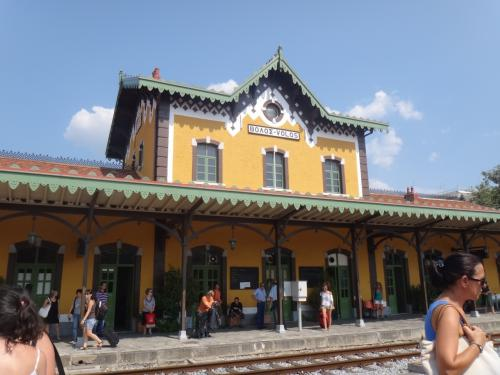 「3番ホーム」から見たヴォロス駅。駅名は1番ホームからは見えない?<br />で、ラリッサではアテネ行きの電車はこの普通電車の到着を待っていてくれ、無事にアテネに着きました。