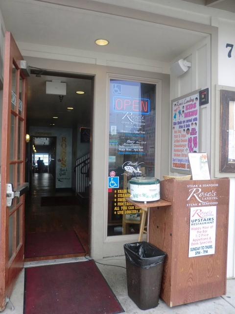 ブログで調べていった店は、見つからなかったので、「チャウダー」の食べれるところを教えてもらいました。湾に突き出した「Rose's Bar & Grill」です。