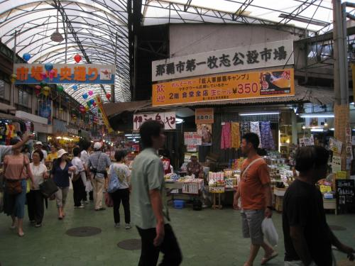第一牧志公設市場の入り口です。なんでこんな堅苦しい名前なんだろう。でも中に入ると昭和のやみ市みたいで楽しいですよ。地元の人はあまり来ないのかも。