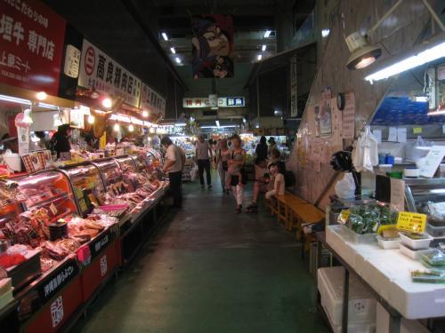 第一牧志公設市場の魚売り場の一部です。色とりどりの魚が所せましと並べられていて、観光客を呼び込んでます。<br /><br />市場で魚を買って二階に持って行って食堂でそのまま調理してもらえます。ただし、調理台500円。
