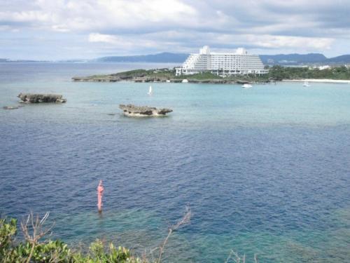 万座毛にあるANAインターコンチネンタル万座ビーチリゾートが対岸に見えます。海の色が綺麗です。