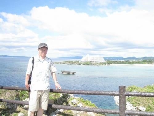 万座ビーチリゾートを背景に写真を撮りました。
