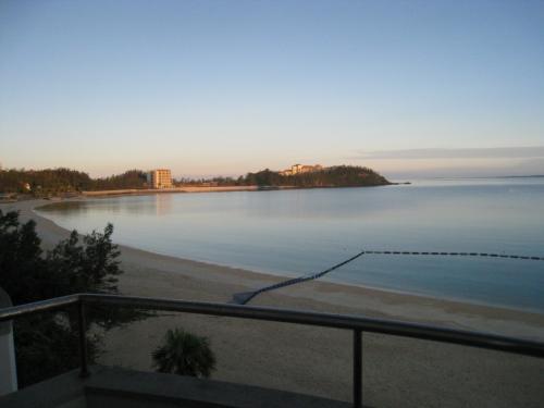 喜瀬ビーチパレス前の朝の海岸。綺麗でした。