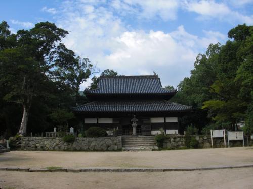 【観世音寺】<br /><br />天智天皇が、母斉明天皇の<br />菩提を弔うために創建されたお寺。<br /><br />完成は746年。<br /><br />残念ながら、平安時代(11世紀)に火災や台風により、<br />創建当時の諸堂は焼失してしまいました。