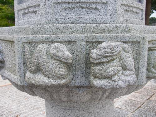 【戒壇院】<br /><br />ヘビ ← 辰