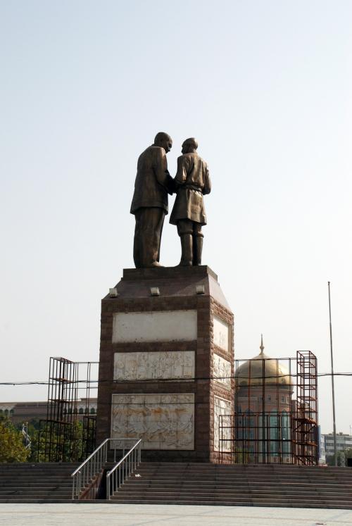 南疆では、毛沢東の石像は、維吾爾族の頭領と一緒なのが多いですね。