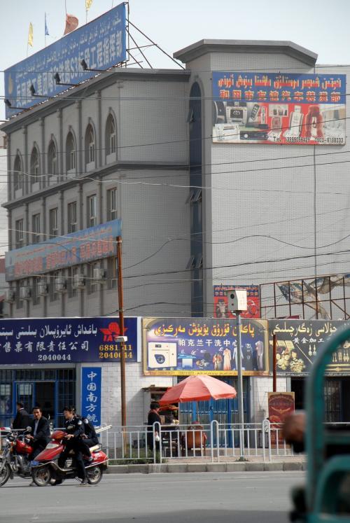 街中維吾爾文字ばかり。<br /><br />烏魯木齊よりも「漢語が小さめ」なのも特徴でしょうね。