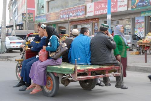 平板三輪摩托車は、相変わらずみんなのタクシー♪
