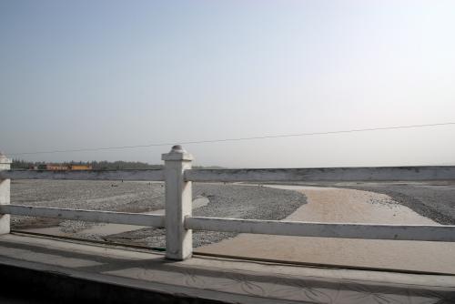 玉龍喀什河を渡ります。<br /><br />この河には、世界的にも有名な「和田玉」を求めて、一攫千金を目論んで人が沢山来ておりています。