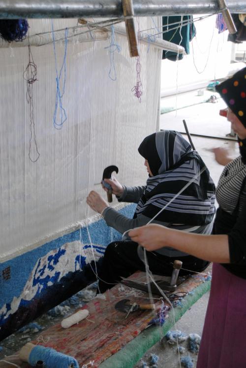 老若男女の技術員が、静かに絨緞を織っていました。