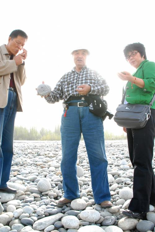 みんなで持ち寄った石を評論中!<br /><br />岳普湖組は、自分で判断出来ずに、いちいち聞いてくる有様。<br />その辺りに転がっている石なので、そもそも価値など無く、気に入ったものを持って帰ったら良いだけの事。なんでいちいち聞くのでしょう・・・?
