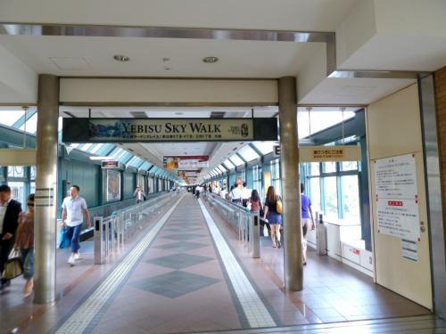 JR恵比寿駅を降りると「恵比寿ガーデンプレイス」への道・「EBISU SKY WALK」が続く。