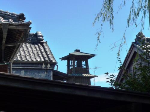 蔵造り資料館の敷地から時の鐘が。<br />瓦と青空って結構絵になる。