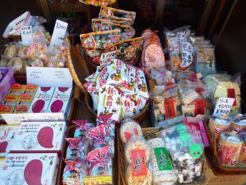 真ん中の雉の絵柄のお菓子は子供の頃駄菓子屋で買って食べたっけ。