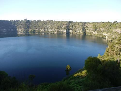 マウントギャンビアの有名な景勝地、Blue Lake。市街地より車で5分。普段でもとても綺麗ですが、夏季のみ、湖の色がさらに真青になるため、ブルーレイクと呼ばれています。水源は、ここから内陸、北に約100kmほど続く、石灰岩質を通ってきた地下水です。
