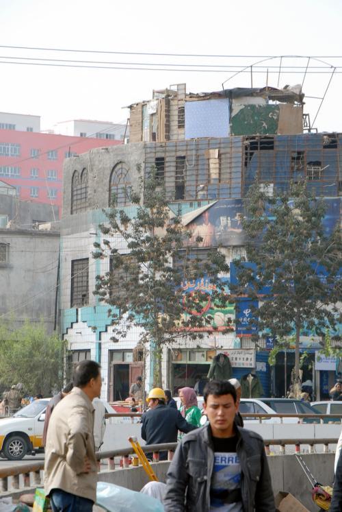 な〜んか変わった建物ですね。<br /><br />作っているのか壊しているのか・・・?