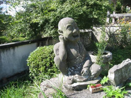 萬弘寺の本堂前にあったお地蔵さん。一億円の宝くじにあたったのでしょうか、ニコニコしてました。