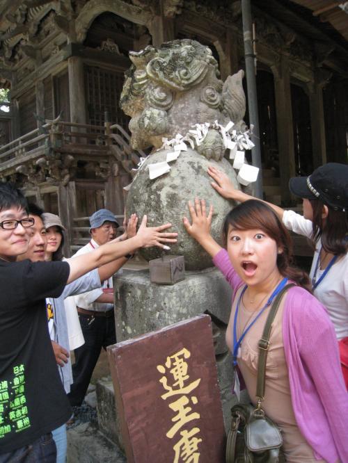 ここは八坂神社にある運玉に乗る唐獅子。
