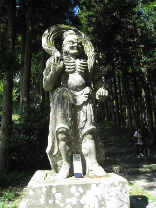 両子寺の入り口に立つ仁王像。江戸時代に再建されたものだそうですが、足を触ると自分の足の健康にいいそうです。<br />