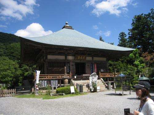 両子寺の本堂の一部。<br /><br />http://www.futagoji.jp/<br /><br />住職さんが本堂に入って説明をしてくれました。それによればこのお寺は天台宗のお寺で、国東の六郷の28近くのお寺を統括する総持院だとのこと。<br /><br />また、両子というのは神仏ふたつが融合する日本独特の宗教文化の象徴的な意味が込められているということで新鮮な感動を覚えました。国東は日本人にとってかけがえのない精神文化の源流があるということを知って本当に驚きました。