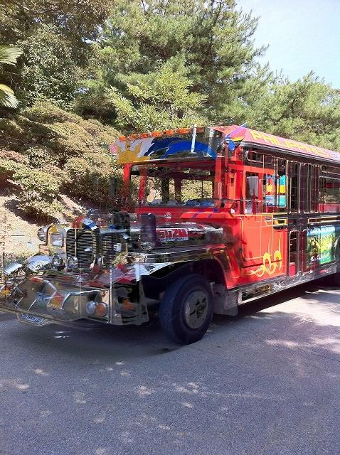 フィリピンのバスとか、タイのトゥクトゥクが走り回っています