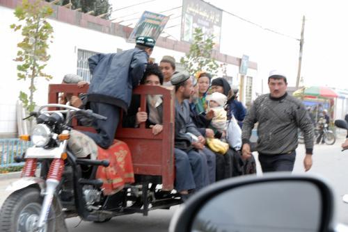 どこを向いてもリヤカーバイクタクシー。