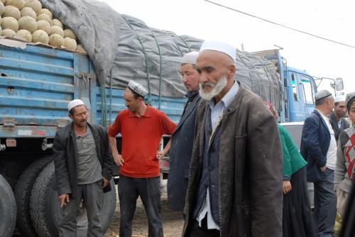 車輪から見ても、相当大きいトラックに満載ですよね。<br /><br />「哈密瓜が無いと維吾爾人じゃない!」ってな気合いを感じます。