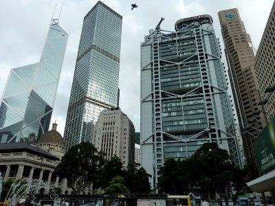 ==香港発、口座開設ブーム==<br /><br /> 本題に入る前に、海外での口座開設ブームについておさらいしておきましょう。ブームの始まりは国際金融の拠点 - 香港でした。最初はリピーターの女性たちが財布替わりに口座を作り、その後の投資ブームにのって、今度は男性らがネット管理のできる口座を開設しました。当時、日本ではろくな投資信託がなかったため、HSBC本店は口座を開く日本人で賑わいました。<br /><br /> しかし現在では、日本の投資環境が向上したこともあり、香港に銀行口座を持つ意義は薄れました。以前は外国でしか買えなかったファンドも、同様のものが日本で少額から投資でき、高いと言われた外貨金利もFXに遠く及びません。株の利益や配当、貯金の金利に税金がかからないのは大きなプラスですが、逆に損益通算ができません。円定期の安さもデメリットのひとつ。今も一定の人気はありますが、私の中では香港銀行ブームはすでに過去のものです。<br /><br /> 何かと万能な香港の銀行でしたが、中国元だけは取り扱っていませんでした。そこで海外投資のパイオニアたちが次に向かったのが、中国本土の銀行です。場所は、香港すぐ隣にある深センや日本人駐在員の多い上海など。現地で口座を開設し、人民元の定期預金を組み始めました。これが今に続く人民元投資ブームの先駆けです。<br /><br />参考:<br />HSBC香港(英語): http://www.hsbc.com.hk/<br />ハンセン銀行(英語): http://www.hangseng.com/
