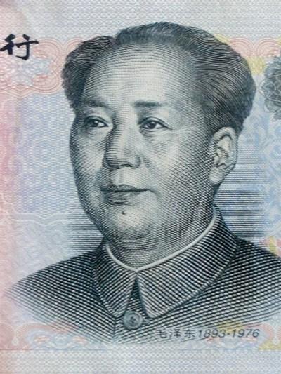 == 銀行の選び方 ==<br /><br /> そんな潜在的にやっかいな中国の銀行ですが、口座を作る旅行者が急増中です。その理由としては、口座を開くのが超カンタンというのと、維持費が安いという2点にあるようです。私自身も、スーパーで買物でもするかのように気軽に口座を開いてしまいます。<br /><br /> 基本的には非居住者でも口座開設できますが、念のため大都市の外国人が多そうな場所で申請するのが無難でしょう。注意する点は2つ。何しろ支店主義なので、何かあった時に駆けつけやすい場所にしておきます。香港によく行く人なら、深センや珠海。上海に用がある人なら上海、といった感じです。<br /><br /> 次にどの銀行にするか考えなくてはなりません。ポイントとしては、支店の多さ、日本で引き出す時の手数料、初期コスト(年額キャッシュカード使用料 + セキュリティ・デバイス購入費)、ネットバンキングの使いやすさ、日本語・英語対応の有無、この当たりに注目です。中国では、まだ預金保護が整備されていないので、迷ったら大手の銀行にしときましょう。<br /><br /><br />==銀行一覧== <br /><br /> 中国の主な銀行の一覧です。トップページは中国語ですが、すべて英語版のページを持っています。<br /><br />中国銀行 http://www.boc.cn/<br />工商銀行 http://www.icbc.com.cn/<br />農業銀行 http://www.abchina.com/<br />建設銀行 http://www.ccb.com/<br />招商銀行 http://www.cmbchina.com/ <br />交通銀行 http://www.bankcomm.com/ <br />民生銀行 http://www.cmbc.com.cn/<br />光大銀行 http://www.cebbank.com/<br />