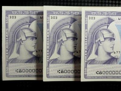 ==トラベラーズチェックを換金==<br /><br /> 次にトラベラーズチェックを見てみます。私自身は使ったことありませんが、理論的には以下のようになるはずです。中国銀行や大手銀行の大きな支店で換金。ひょっとするとTCにも一日5000ドル・ルールが適用されるかもしれません。<br /><br />ドルTCの場合、日本で作るのにTTS(+1円 = 1.3%) + 発行手数料2%。それを中国で換金するのに、TTB(0.2%) + 換金手数料0.75%。全部合わせて4.25%。高いですねー。やはり、2009年のTC発行料値上げ(+1%)と円高による実質為替手数料の増加(+0.4%)が大きく影響しています。<br /><br />円建てTCの場合、発行手数料2% + TTB(0.4%) + 換金手数料0.75% = 3.15%。これは使えそうです。<br /><br />人民元建てTCの場合、発行手数料3% + アメックス独自レート(推定1.8%前後) + 換金手数料0.75% = 5.5%。これは意味なし。<br /><br /> TCは銀行ではなく、通販で買うとお得です。セシールだと、ドルTCの発行手数料が1.5%、円TCが1.7%。また、人民元TCを扱うのはここだけです。その他、シティバンクの口座を持っていれば、ドルTCが銀行より1%安く買えるのは有名な話です。<br /><br />参考:<br />セシールのTC: <br />http://www.cecile.co.jp/travelers_chequ/<br />**使用される為替レートは他の銀行と同じ(TTS)。発行手数料が安いというだけ。