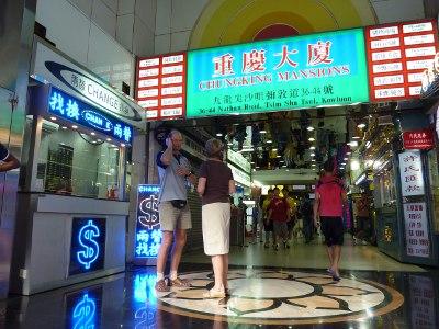 ==中国国外で両替==<br /><br /> 少々トリッキーな方法ですが、為替手数料の安い国外で両替して、その現金を持ち込むやり方を考えてみます。まずは、香港から。香港の私設両替店では、香港ドル-人民元をスプレッド0.1-0.2%程度で両替できます。場所はモンコックや上環フェリーターミナル近く。偽札を掴まされる可能性は少ないですが、お札をもらうときはちゃんお札の状態(欠けや破れがない)をチェックしておきましょう。その前に日本円から香港ドルへの両替が必要なので、重慶マンション内の「真っ当」なお店で両替します。最近のレートは知りませんが、銀行レート(0.5%)より悪いことはないでしょう。2つ合わせて0.7%以内に収まります。香港の利点は、そこから1時間で深センに行けることです。<br /><br /> 次にタイのバンコクを見てみます。他の旅行記で紹介した専業両替店スーパーリッチでは、日本円->人民元が片道0.5%前後のスプレッドで両替できます。日本国内での両替ですが、少なくとも私は中国の銀行より安く両替している場所を知りません。両替した後、人民元を中国に持ち込みます。自由に持ち込めるのは2万元(24万円)までで、それ以上の場合は税関で申告が必要です。<br /><br />参考: バンコク両替事情 - 為替をめぐる知的冒険。<br />http://4travel.jp/traveler/sekai_koryaku/album/10439814/