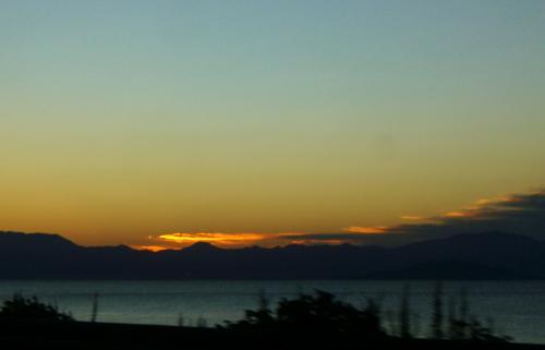 朝5時過ぎに、大津の自宅を出発。<br /><br />びわ湖の向こう、鈴鹿山脈が朝日の中に浮かび上がってきたのは6時前。