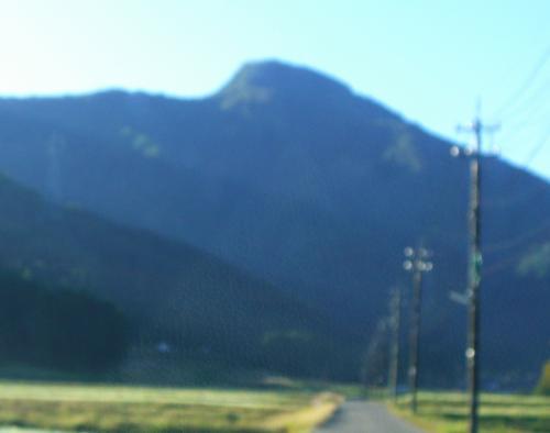 7:30<br /><br />日野山の麓に着く。<br />地元の子どもたちの日野山イメージは、どうもこの山容らしい。<br /><br />それにしても、これ以上ないと言うくらいのピンボケ写真。<br />(私が裸眼で見ると、このように見える)<br />この角度から撮った日野山の写真は、これ1枚きりだったので載せてみた。<br />