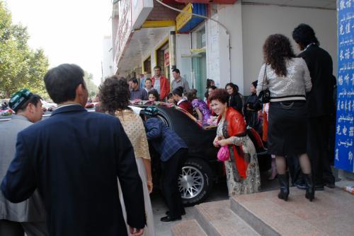 家の近所まで戻ってくると(丁度銀行の所)、結婚式の準備が進められていました。