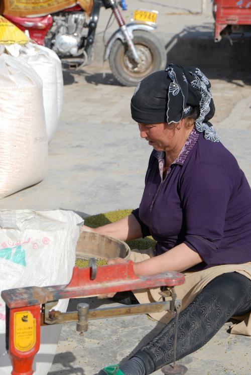 マメからゴミを取り除く作業をしているおばちゃん。<br /><br />マメだけに、マメにやっているみたいです(*灬☆)\バキッ!
