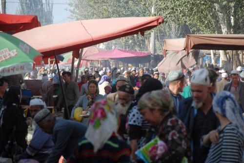 いやはや、流石に喀什地区の郊外大都市、人口70万人弱の町です(9割が漢族以外の少数民族です)。<br /><br />ドッと集まれば、あのだだっ広い空き地が、こんなにも埋め尽くされちゃうんですね。<br />