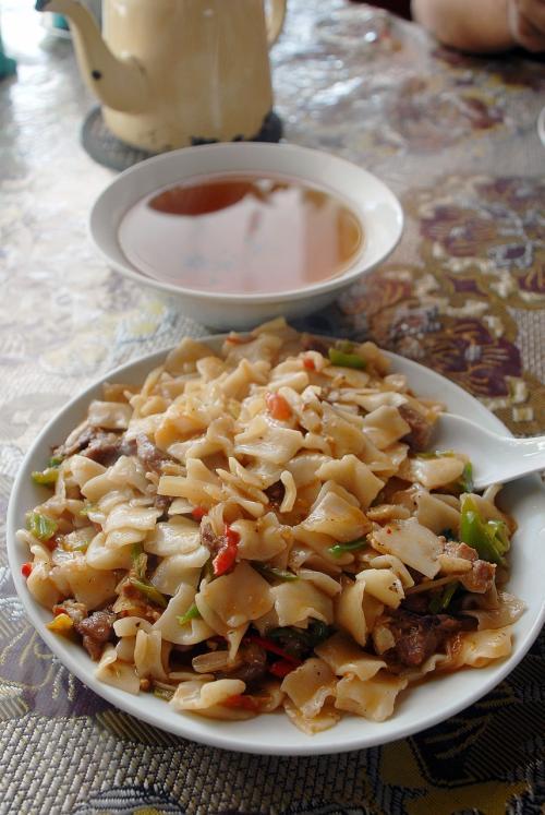 ここで頼んだ料理は、店長お薦めの「炒面片」。<br />パスタ系ですが、平面をちぎって入れた炒めそばです。<br /><br />流石に韓さんのお薦め料理で(2006年の時も喀什でバッチリだったし→http://4travel.jp/traveler/chinaart/pict/11499036/)、めっちゃおいしくて困るほどなのですが、兎に角量が多くて食べ切らないんですよね・・・(>灬<;<br />(これでも減らしたんですよ!)<br /><br />ゴメン、決して嫌いなのでは無く、食べ切れなくて残しちゃった。。。