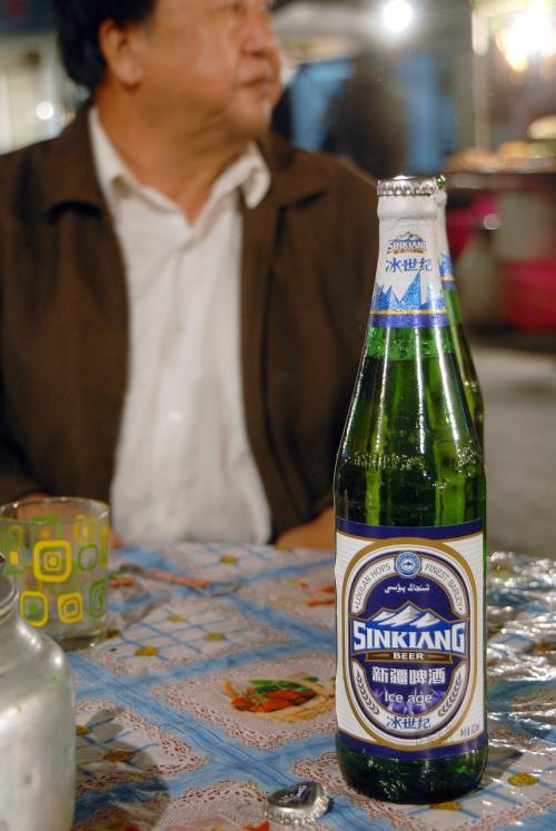 涼しいのですが、雰囲気からビールも頼みました〜♪<br /><br />「新疆ビール」なのに、ピンインが「XINKIANG」となっていますが、商品名なのでこれでOKなんです。