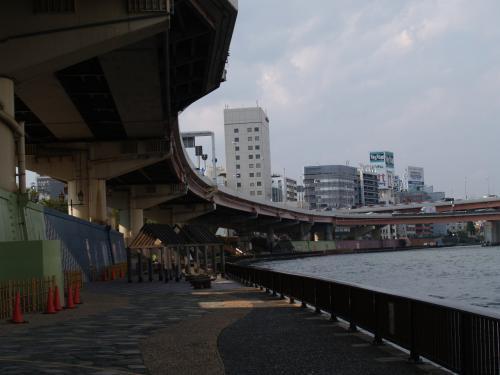 箱崎ICから隅田川右岸を北上するた首都高速。