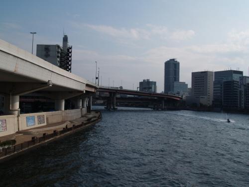 両国ジャンクション(両国大橋)から隅田川左岸をさらに北上する高速6号向島線。