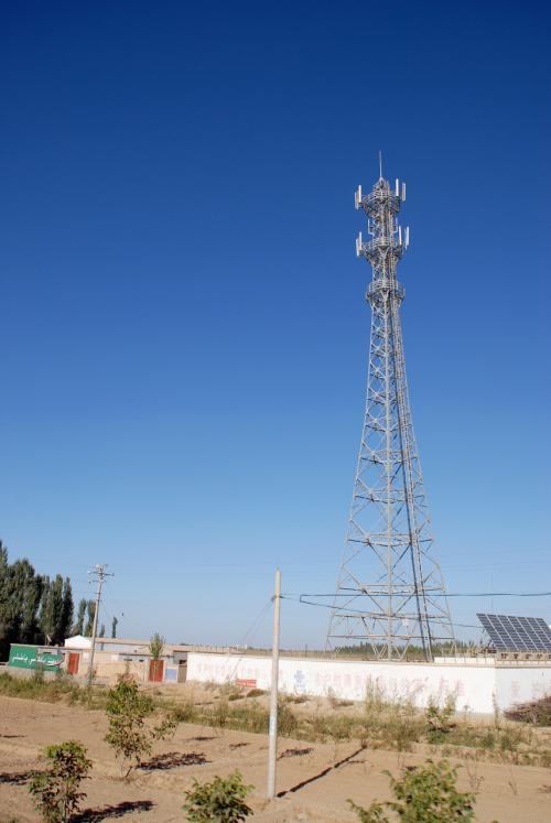 電波塔。<br /><br />これも日本と違って、維吾爾の僻地の村々までも、電波が届きやすくなっています。
