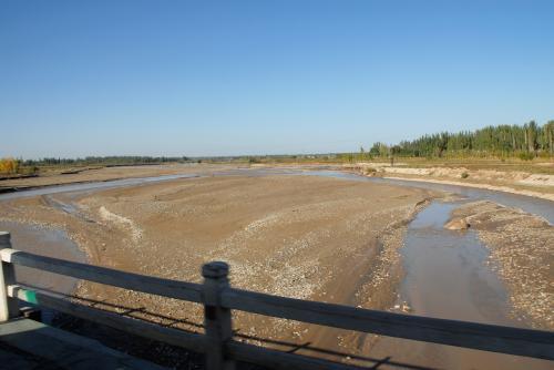 叶爾羌河の支流を渡ります。