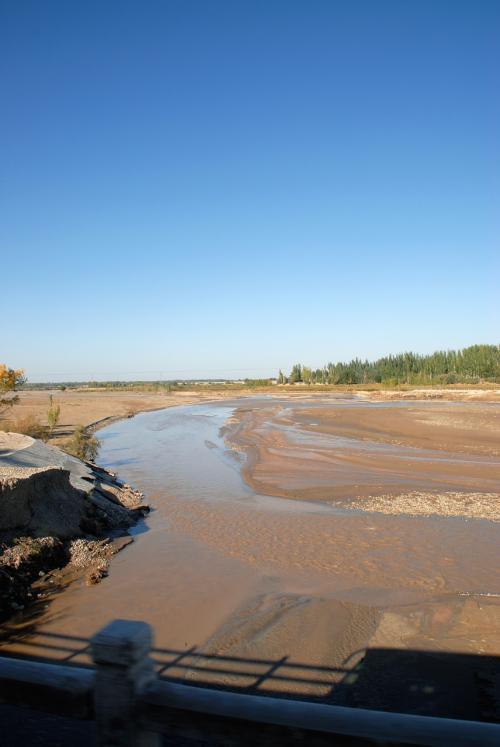 河にも蒼空が映り込んでいます。<br /><br />水の位置がもう少し手前だと、紺色になっていますが・・・